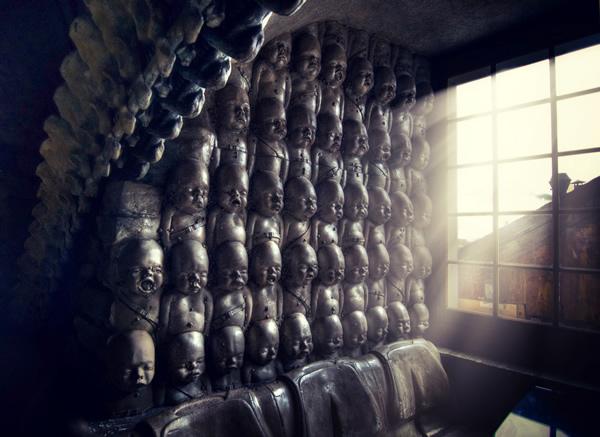 Muro con esculturas de bebés apilados