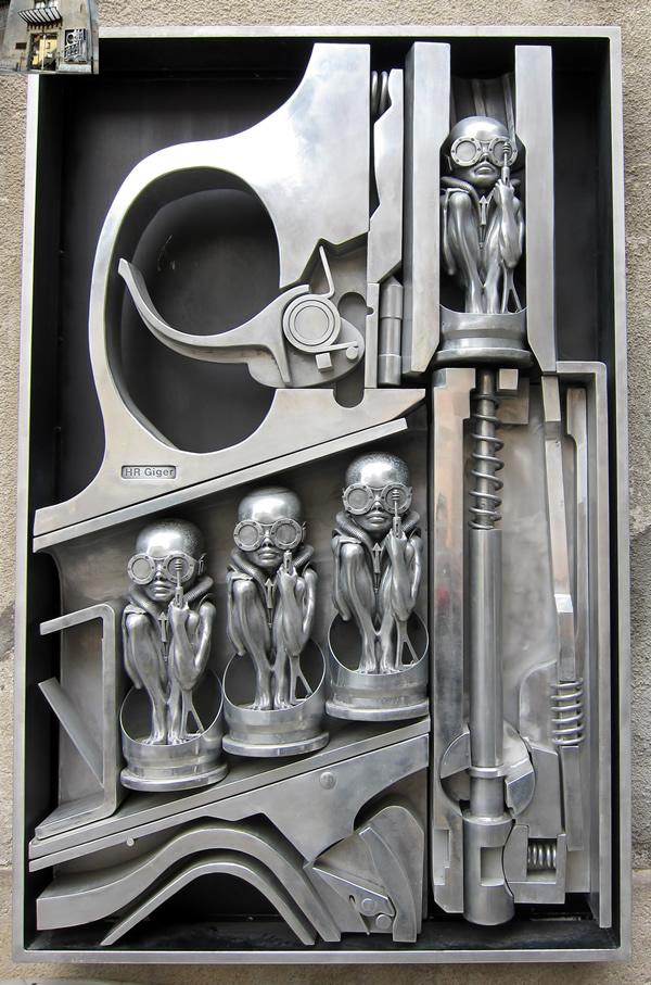 Figuras en la fachada del museo.