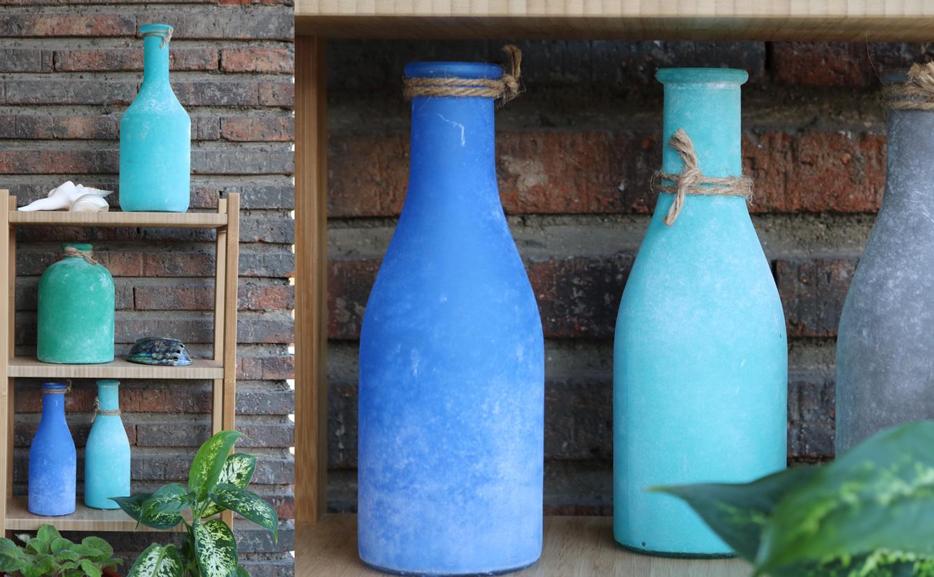 Botellas De Vidrio Decorando Una Terraza