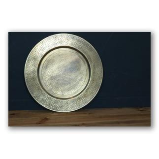 Plato de metal dorado, con texturas estilo labrado. D3003